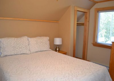 Pomquet Beach Cottages - Lovely Loft Apartment Queen Size Bed